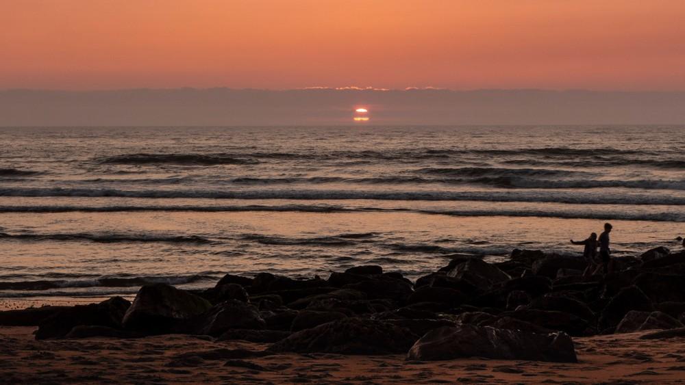 Zachód słońca przy plaży Praia das Maçãs Sintra
