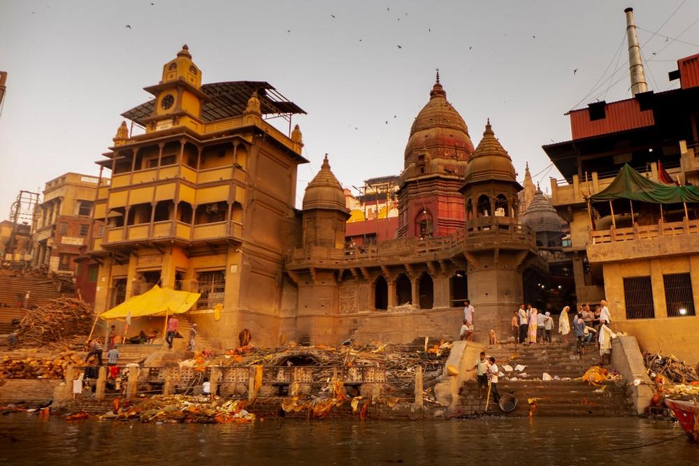 Stosy kremacyjne w Waranasi Indie