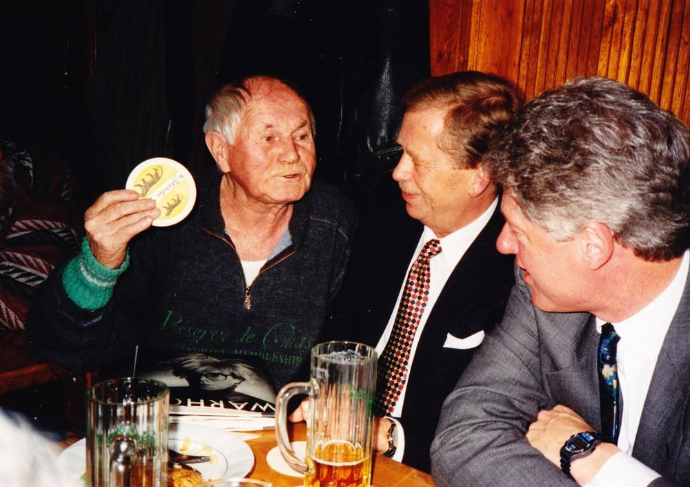 Czeski pisarz Bohumil Hrabal, Václav Havel  i Bill Clinton przy piwie u U Zlatého Tygra