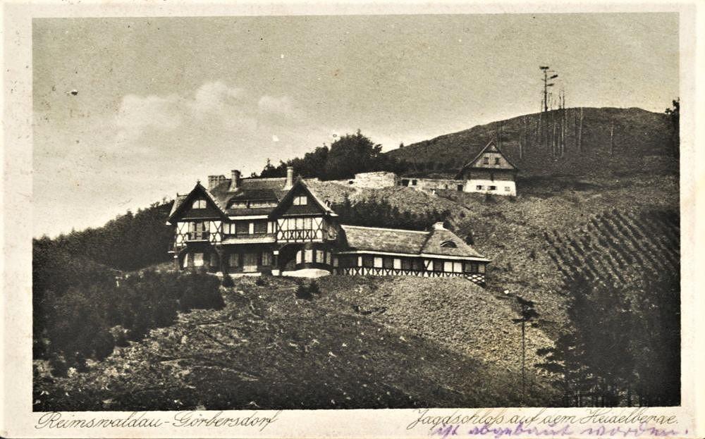 """Pałacyk myśliwski Hochbergów z budynkiem owczarni powyżej. Podpis na pocztówce """"ist abgebaut worden"""", dosłownie """"został zdemontowany"""" 1918-1925"""
