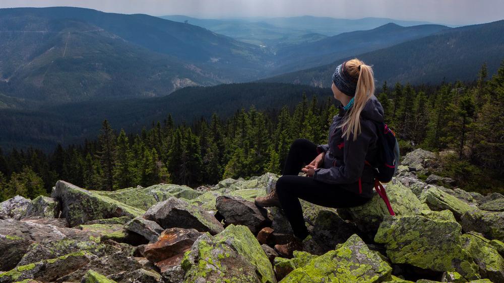 Gołoborza i dolina rzeki Morawy w tle. Po lewej widoczna czeska ścieżka w chmurach