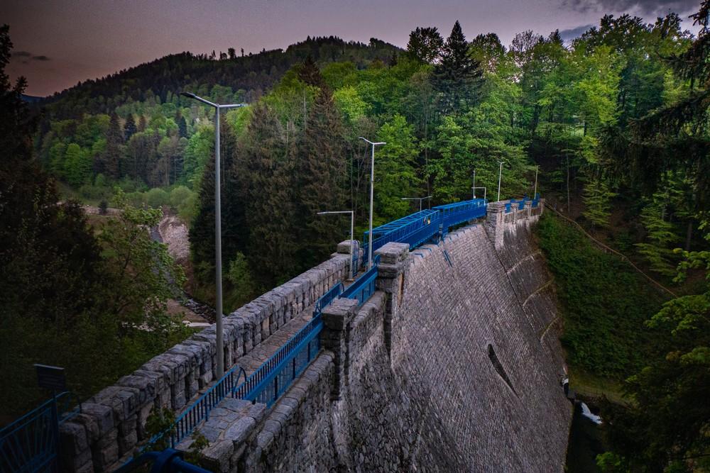 Wysoka na blisko 30 i długa na 108 metrów zapora wodna w Międzygórzu