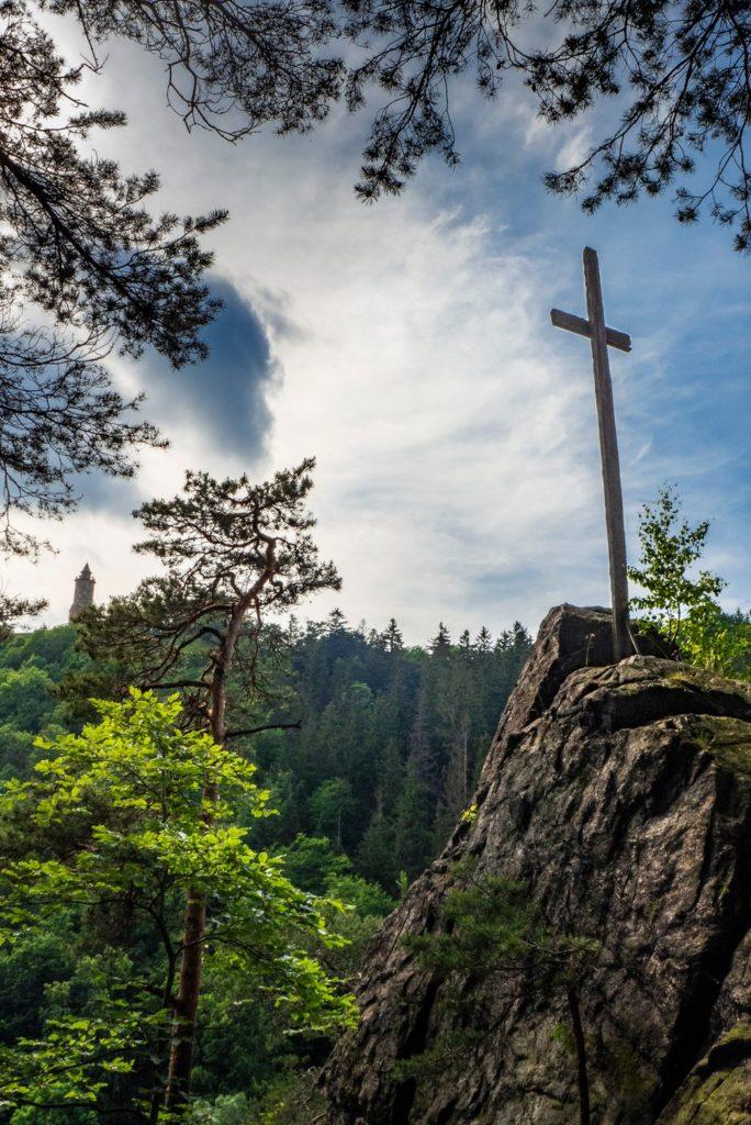 Widok z Kruczej Skały na wieże zamkową