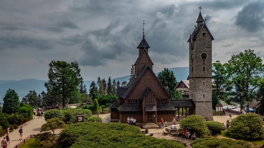 Kamienna wieża została wybudowana by chronić świątynie przed silnymi podmuchami górskiego wiatru