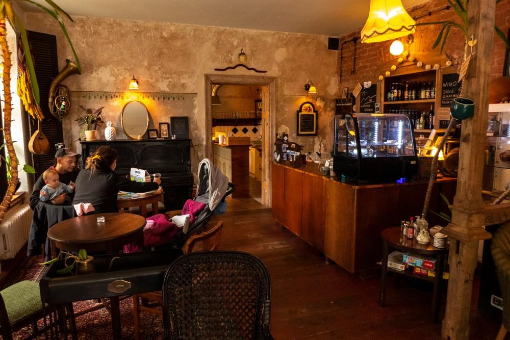 Przytulna kawiarnia w dawnym domu Kieślowskiego